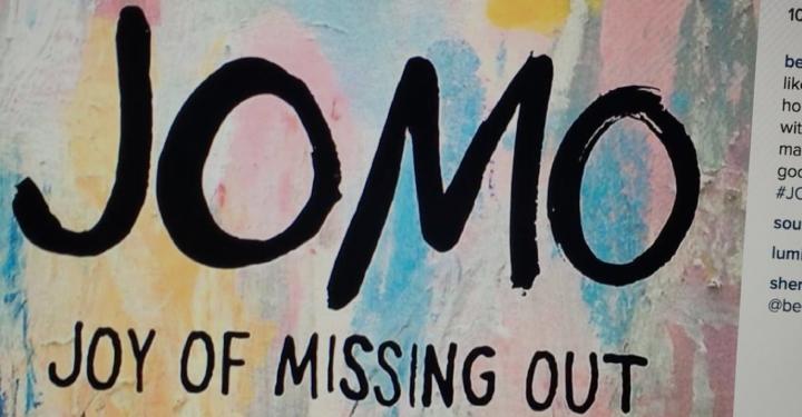 ออกไปใช้ชีวิตซะ: อาการ Joy of Missing Out (JOMO) กำลังสั่นคลอนธุรกิจโซเชียลมีเดีย?